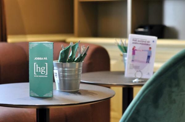 Bild på bord med lapp med HG logotyp