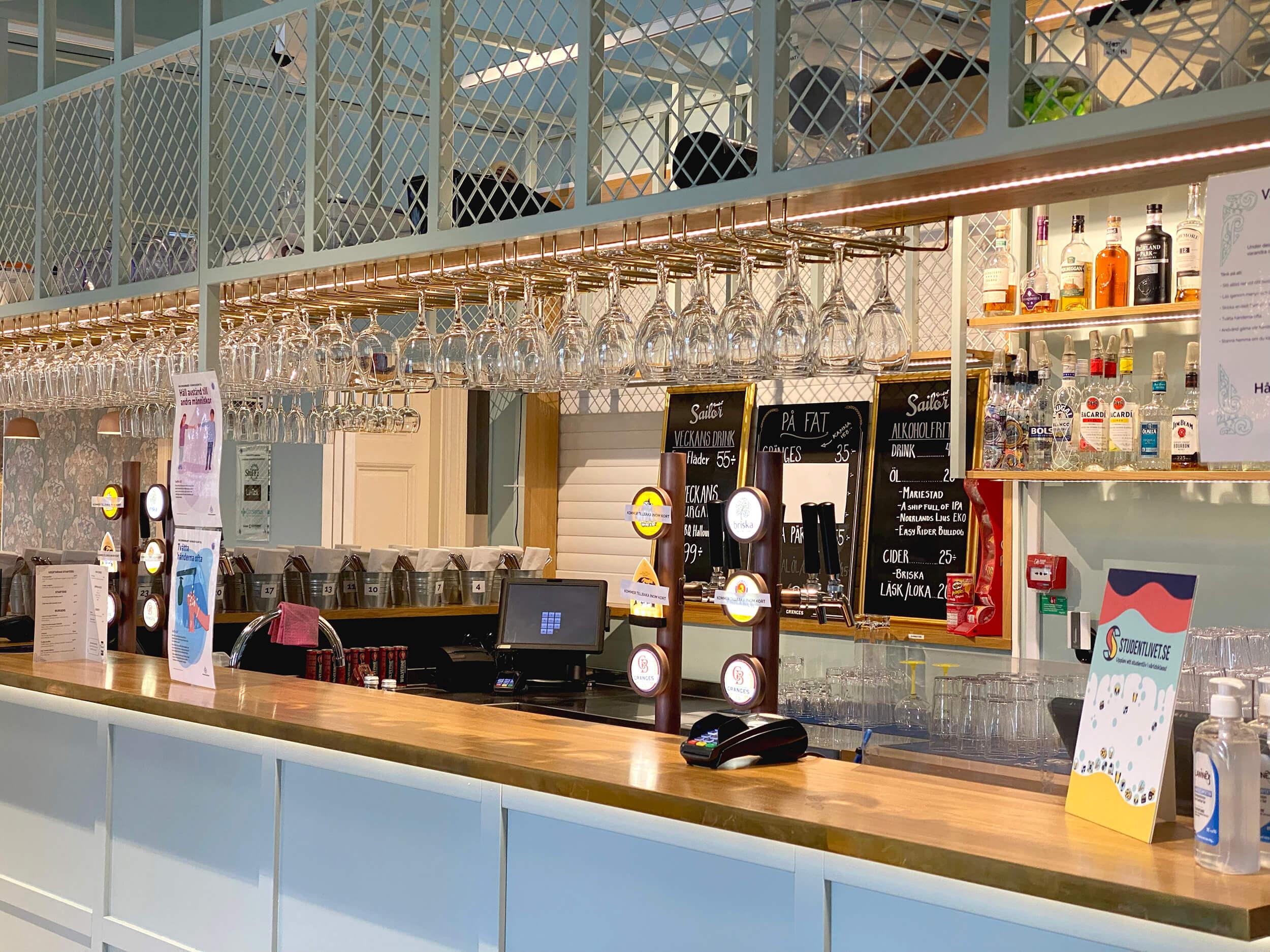 Bild på bar med menyer och glas