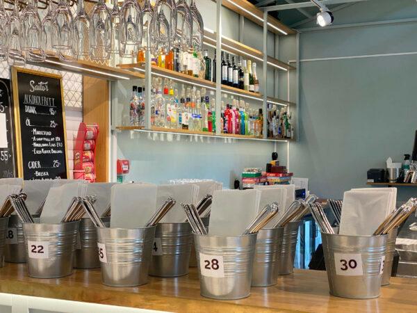 Bild på bar med uppstaplade servetter och bestick