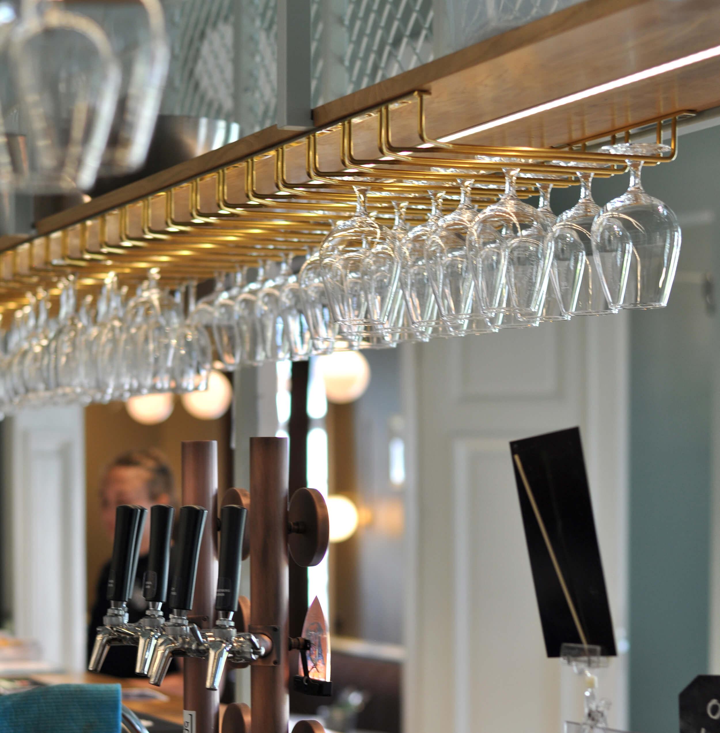 Närbild på glas upphängda i en bar